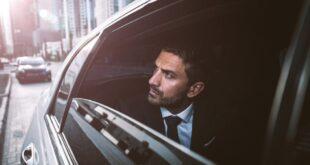 Alexis Nickin, especialista en finanzas digitales dentro de una automóvil.
