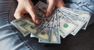 Mujer contando dólares ejemplificando el tipo de cambio del que hablan especialistas de Banco Multiva